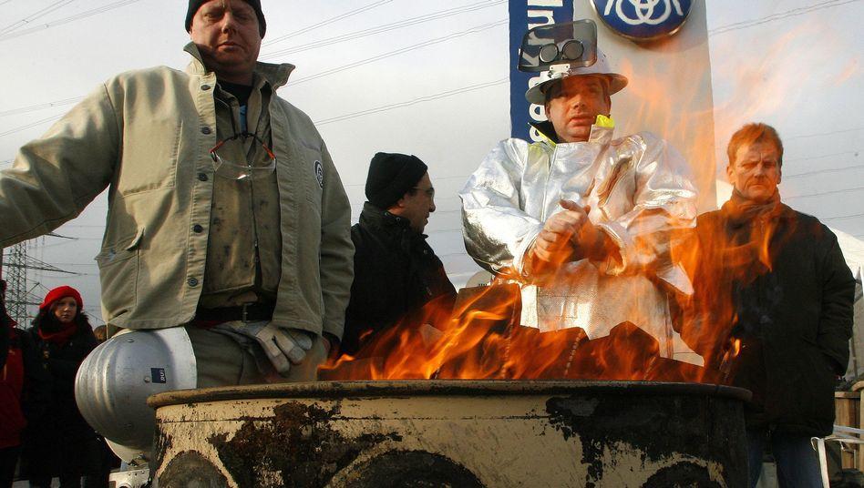 Nach dem Verkauf das Aus: Protestierende Arbeiter vor Bochumer Inoxum-Werk