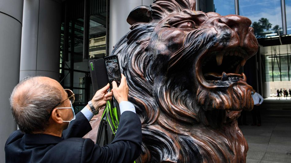"Bleibt: Löwenskulptur ""Stephen"" vor dem Eingang der HSBC-Zentrale in Hongkong"