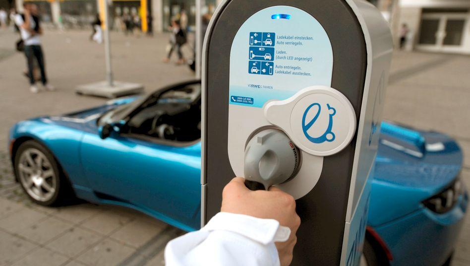 Aufladen und durchstarten: Bis 2020 sollen eine Million Elektroautos auf Deutschlands Straßen unterwegs sein - dafür braucht es noch mehr Anreize als Forschungsförderung und gebührenfreie Sonderparkplätze