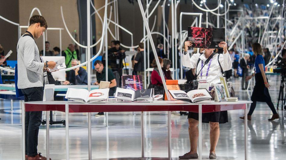 Frankfurter Buchmesse: Besucher schauen sich im Ehrengast-Pavillon Bücher an