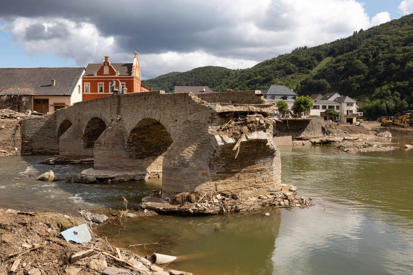 Nach der Flutkastastrofe Die Flut hat im Weindorf Rech eine Brücke zerstört. Entlang der Ahr in Rheinland-Pfalz haben d