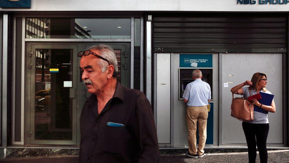 Athen: Die Menschen versuchen, ihr Geld in Sicherheit zu bringen. Ohne weitere Notfallkredite der EZB droht vielen griechischen Geldhäusern der Kollaps