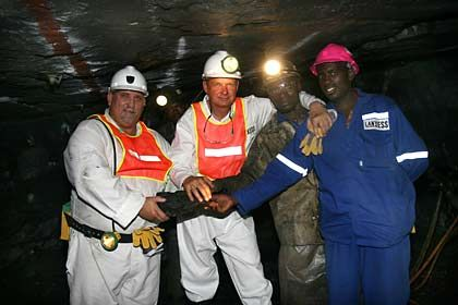 Freude über Erzvorkommen:Lanxess-Chef Heitmann (2.v.l) beim Besuch der Mine