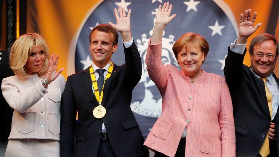 Grüß Gott, wir sind's nur: Frankreichs Präsident Emmanuel Macron (2.v.l. mit Gattin Brigitte), Angela Merkel, Nordrhein-Westfalens Ministerpräsident Armin Laschet. am 10 Mai nach Verleihung des Karlspreises.