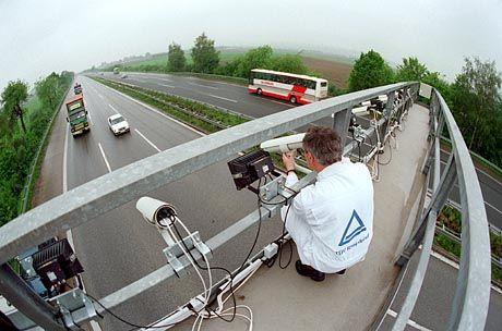 Mautbrücke, herkömmlich: Künftig werden Lkw elektronisch überwacht