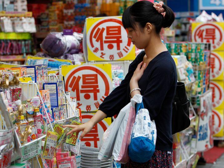 Kauft sie oder kauft sie nicht? Japan krankte lange an Deflation. Konsum wird aufgeschoben, weil der Preisverfall das Shoppen in der Zukunft günstiger macht als den Einkauf in der Gegenwart
