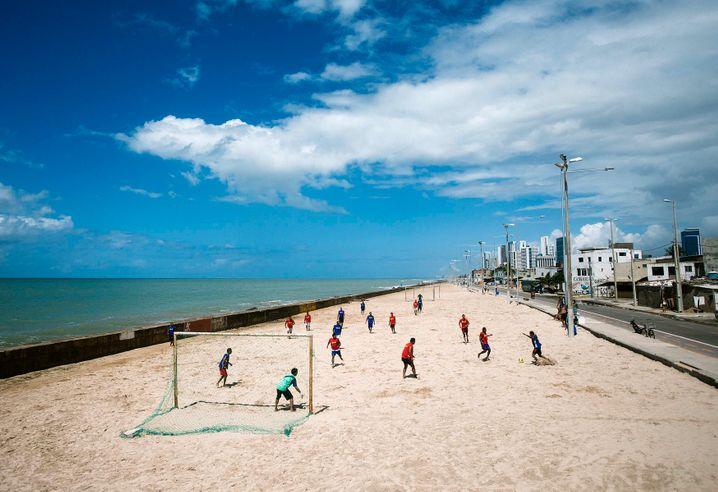 Direkt am Atlantik: In Recife wird auch gern am Strand gekickt