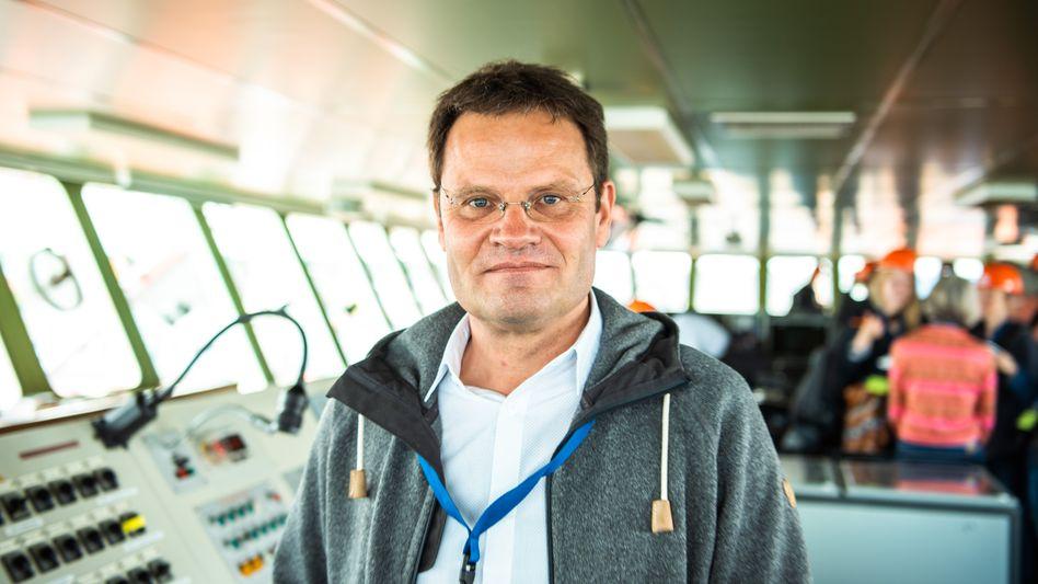 """Klimaforscher Markus Rex vom Alfred-Wegener-Institut auf der Brücke des Forschungsschiffs """"Polarstern"""""""