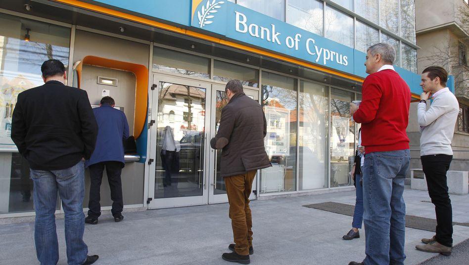 Zyprer am Geldautomat: Kommt das Land wieder auf die Beine?