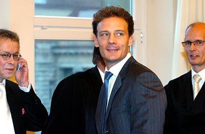Smalltalk: Alexander Falk (M.) unterhält sich vor dem Prozessbeginn im Hamburger Landgericht mit seinen Rechtsanwälten Gerhard Strate (l.) und Thomas Bliwier