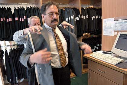 """Zeit nehmen ist Pflicht: Kunde beim Anprobieren eines maßgeschneiderten Anzugs (hier bei """"Dolzer Masskonfektionäre"""")"""