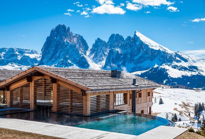 Pool mit Blick auf verschneite Berge: Adler Mountain Lodge