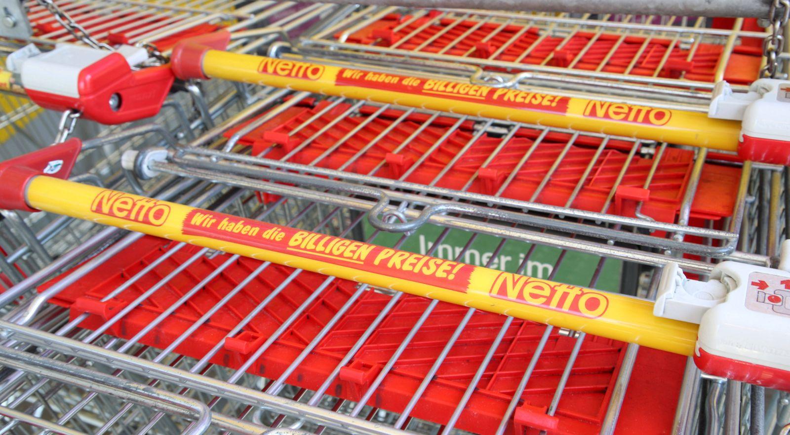Leipzig, 22.04.2020, Einzelhandel Logo Schriftzug Netto an einem Einkaufswagen. , *** Leipzig, 22 04 2020, Retail Logo l