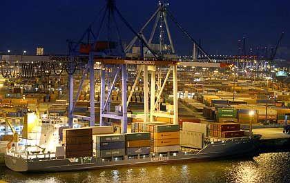 Zukunft im Dunkeln: Abfertigung eines Containerschiffs im Hamburger Hafen