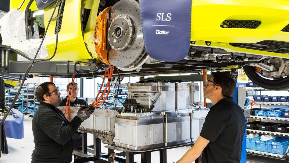 Montage eines SLS AMG Electric Drive von Daimler: Der Konzern setzt weiterhin auch auf Elektromobilität