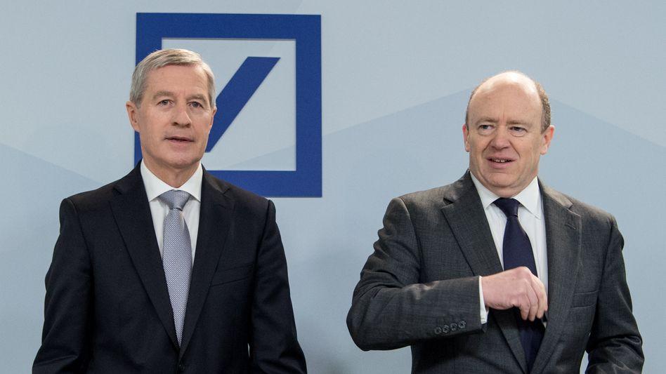 """""""Wir haben kein Strategieproblem"""": John Cryan (r) und Jürgen Fitschen (l) haben ein erstes gemeinsames Interview gegeben"""