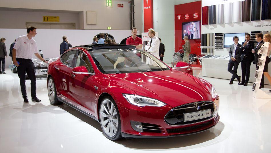 Teslas Model S auf der IAA: Während die deutschen Hersteller es in Frankfurt krachen lassen, begnügen sich die Kalifornier mit einem Mini-Stand an der Rolltreppe