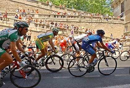 Eroberung Südfrankreichs: Das Peloton der 91. Tour de France bei Fahrt durch Beziers