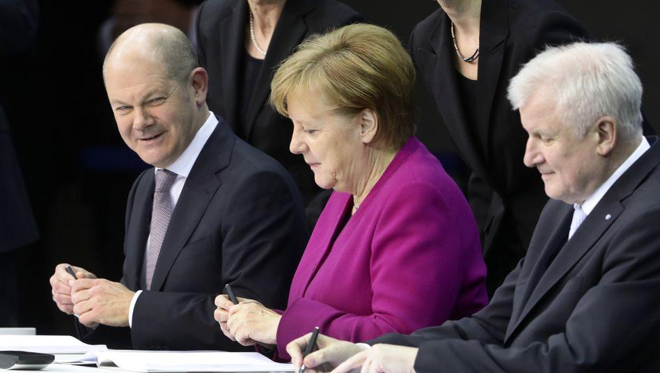 Nicht allein: Olaf Scholz, hier links neben Angela Merkel, holt sich Kompetenz für den Krisenfall ins Finanzministerium.