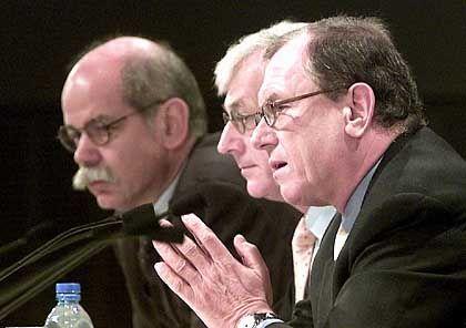 Vage Aussichten: Chrysler-Chef Zetsche, Finanzvorstand Gentz und Konzern-Primus Schrempp (von links)