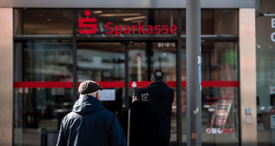 Kunden vor Sparkasse in Oberhausen: Immer mehr Geldinstitute bitten für Einlagen zur Kasse