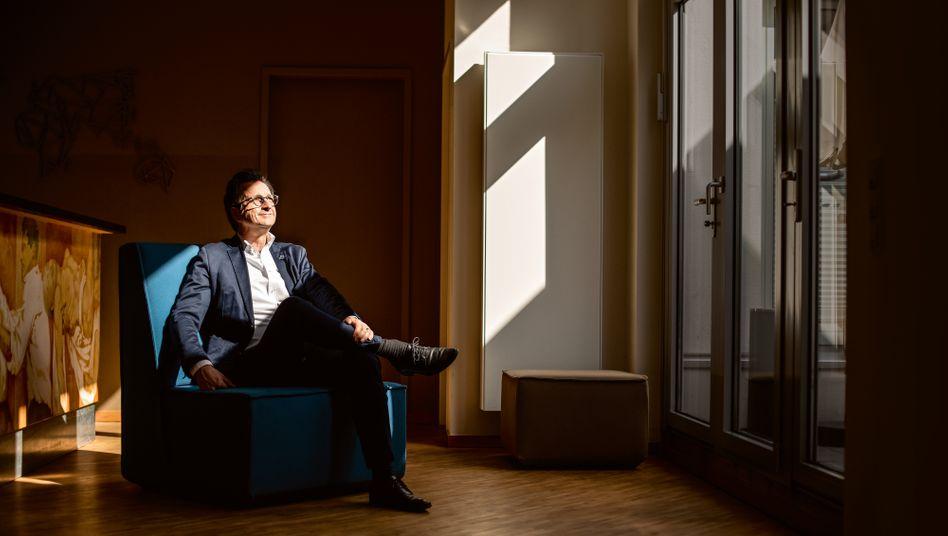 """The new normal: Bestsellerautor Stephan Grünewald (""""Wie tickt Deutschland?"""") in der Lobby seines Kölner Instituts: Er ist Mitglied der Expertenkommission, die NRW-Ministerpräsident Armin Laschet berät, wie die Rückkehr zur Normalität gelingen kann."""