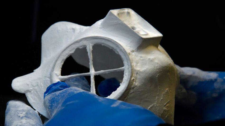 Erster Prototyp für ein Beatmungsgeräte-Teil aus dem 3-D Drucker von Skoda