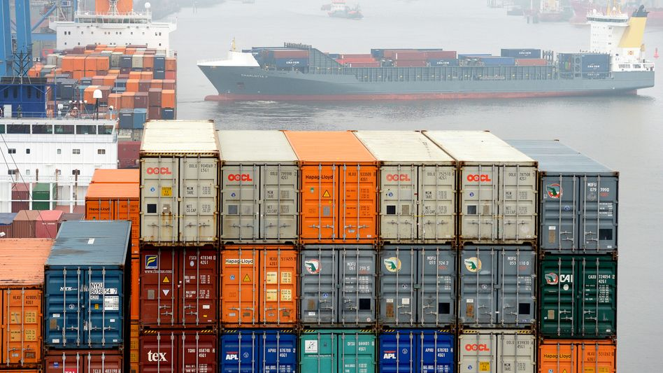 Container auf Schiffen im Hamburger Hafen: Tausende Anleger, die über P&R in die Stahlkisten investiert haben, bangen inzwischen um ihr Geld.