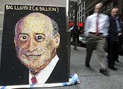 Omnipräsent: Nicht nur in Finanzkreisen ist Goldman Sachs bestens vernetzt (im Bild: Im New Yorker Finanzdistrikt flannieren Passanten an einem Bild von Goldman Sachs-Chef Lloyd Blankfein entlang)