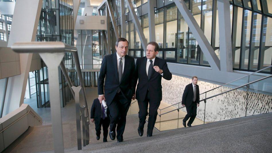 Einsame Kämpfer mit bescheidenen Mitteln: EZB-Präsident Mario Draghi mit Vize Vítor Constâncio