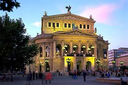 Alte Oper: Der Brunnen davor bietet Abkühlung nach langen Messebesuchen