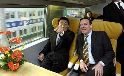 Probefahrt: Kanzler Schröder und der chinesische Ministerpräsident Zhu Rongji