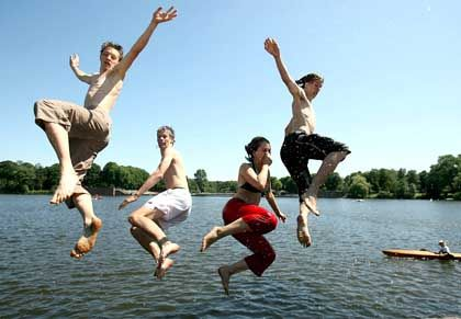 Sommer, Sonne, Badespass: Im Hochsommer lassen viele Anleger die Börse links liegen