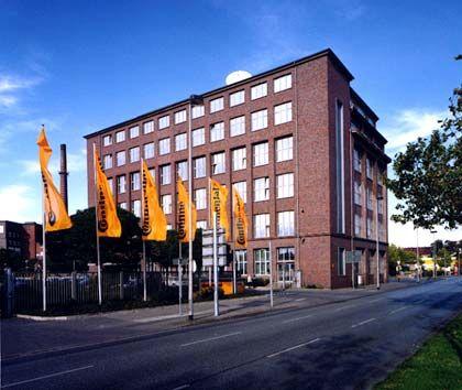Alt mit neuen Elementen: Die denkmalgeschützte, eher langweilige Backsteinfassade der Conti-Zentrale wurde mit Glaselementen aufgefrischt. Die Fabrik wurde 1906 erbaut, der Umbau zur Hauptverwaltung des Automobilzulieferers in den Jahren 1990 bis 1992 geht auf Pläne des Hannoveraner Architekten Ivan Kozjak zurück.