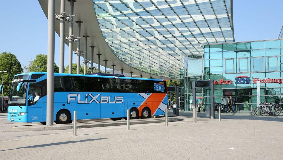 Fernbus in Hamburg: Flixbus übernimmt seinen vorletzten großen Konkurrenten Postbus und dominiert damit den Fernbusverkehr in Deutschland