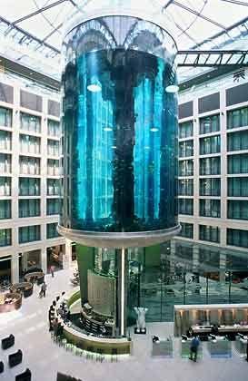 """Wasser-Schloss: Ein Riesenaquarium in der Lobby ziert das """"Radisson SAS Hotel"""" in Berlin-Mitte, draußen fließt die Spree vorbei."""