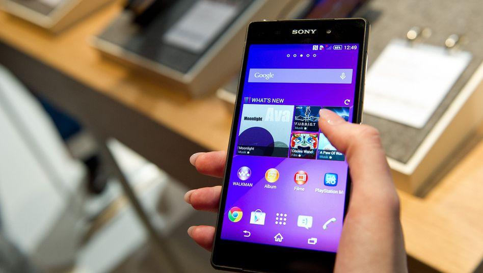 """Smartphone """"Xperia Z2"""" von Sony: Der Konzern kämpft seit Jahren mit roten Zahlen - nun kommen hohe Verluste aus dem Smartphone-Geschäft hinzu"""