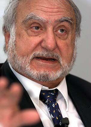 Nicolas G. Hayek Die Herkunft: Der Sohn einer Libanesin und eines Amerikaners wurde in Beirut geboren und durch Heirat Schweizer Staatsbürger. Das Unternehmen: Zur Swatch Group gehören 18 Uhrenmarken, außerdem beliefert der Konzern andere Hersteller mit Uhrwerken und weiteren Komponenten. Im Jahr 2006 setzte die Swatch Group über fünf Milliarden Schweizer Franken um, der Betriebsgewinn stieg auf 973 Millionen. Swatch-Gründer Nicolas G. Hayek (79) ist seit 2003 Chef des Verwaltungsrats.