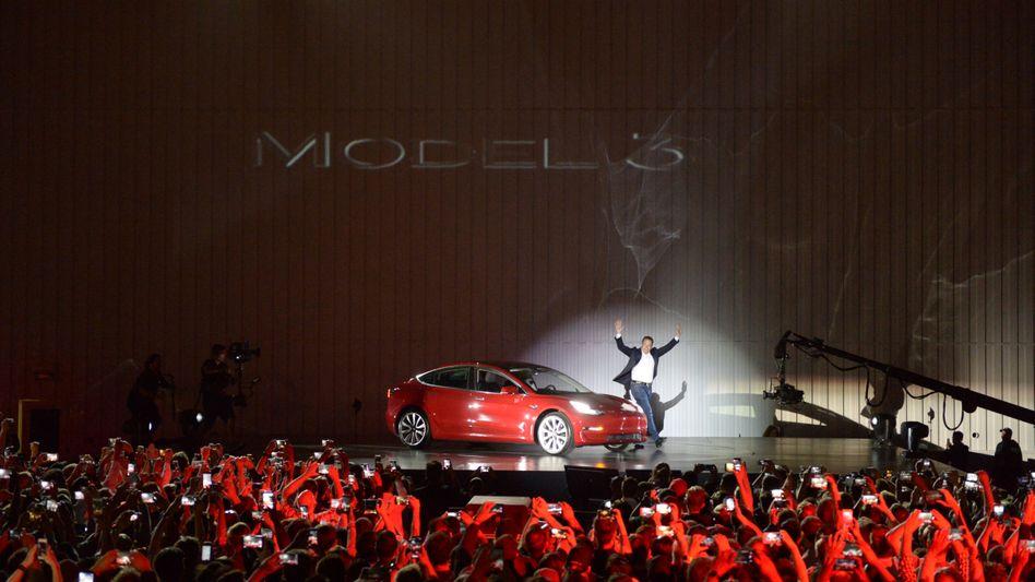 Börsenliebling: Tesla-Chef Elon Musk präsentiert das Model 3