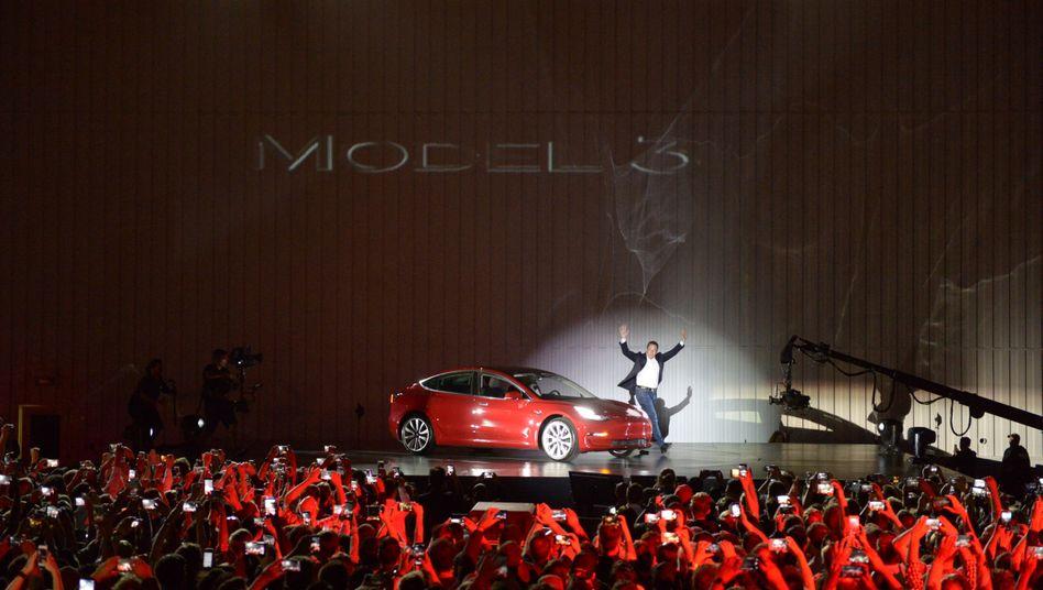 Tesla-Chef Musk und das neue Model 3: Geniales Marketing, stockende Produktion, kümmerliche Stückzahlen