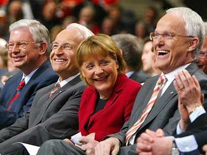 Beim gemeinsamen NRW-Wahlkampf: CDU-Spitzenkandidat Jürgen Rüttgers, CDU-Parteichefin Angela Merkel, Bayerns Ministerpraesident Edmund Stoiber und Hessens Ministerpraesident Roland Koch (von rechts)