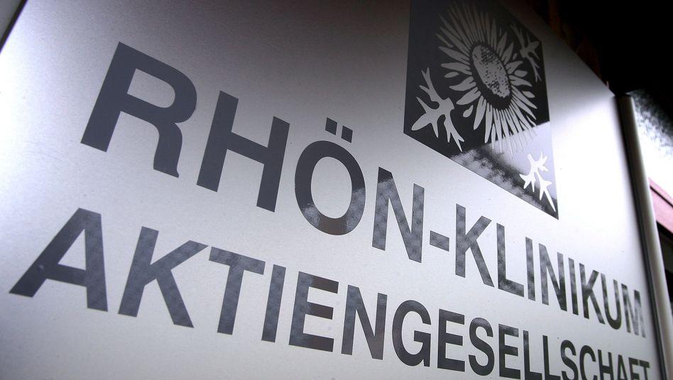 Firmenschild der Rhön-Klinikum AG: Um den Krankenhausbetreiber Ringen Asklepios und B.Braun.