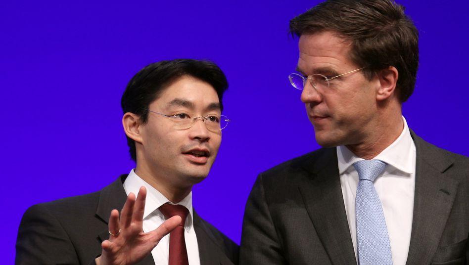 Fordern Sanktionen für Schuldenstaaten: Philipp Rösler (l), Bundesvorsitzender der FDP, und Mark Rutte, Ministerpräsident der Niederlande auf dem Sonderparteitag in Frankfurt