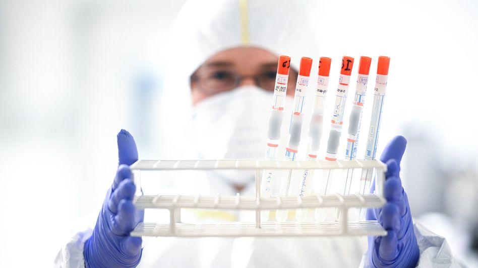 Warten auf den Impfstoff: Die Zahl der täglichen Corona-Neuinfizierten bleibt trotz Teil-Lockdowns hoch
