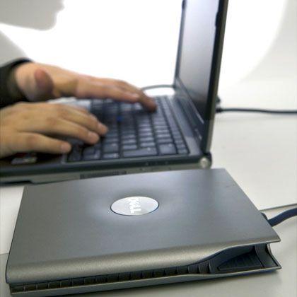 Kleiner Rechner, mittelgroßes Problem: Da ein Netbook kein eigenes Laufwerk hat, muss man sich beim Installieren von Programmen anderweitig behelfen - etwa mit einem externen Laufwerk