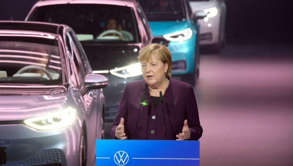 """Bundeskanzlerin Angela Merkel (CDU) im VW-Werk Zwickau beim Produktionsstart des Elektroautos ID 3: """"Wir werden als Bund erhebliche Anstrengungen übernehmen"""""""