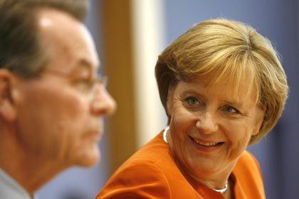 Nach der Kabinettsklausur: Bundeskanzlerin Merkel (CDU) und Vizekanzler Franz Müntefering. SPD und CDU sind sich einig, deutsche Firmen stärker vor unliebsamen ausländischen Investoren zu schützen.