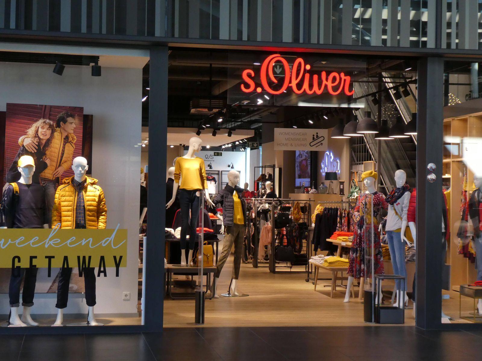 Eingang zu einer Filiale des Bekleidungshersteller und Modehaus s Oliver *** Entrance to a branch of