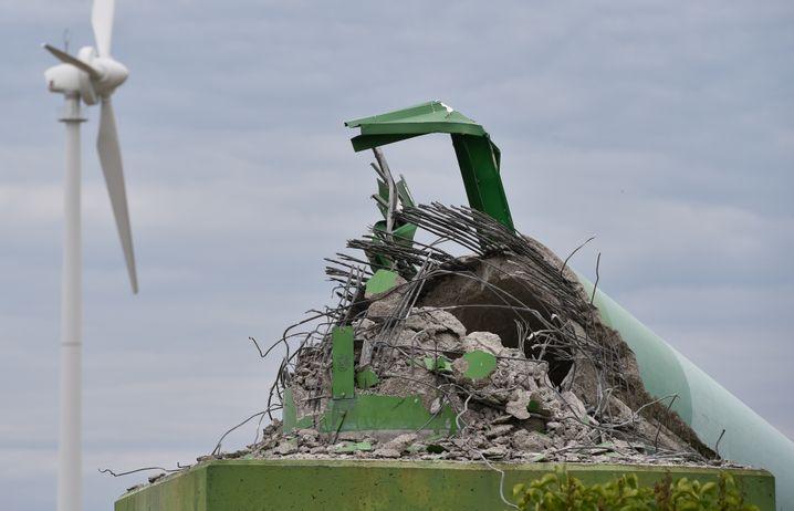 Überreste eines Windradmastes in Brandenburg: Die Anlagen halten oftmals nicht so lange wie erhofft - und sind teuer im Unterhalt