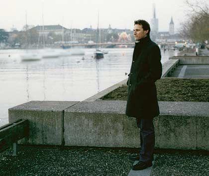 """Müssen Manager lieben können? Rolf Dobelli (38), Unterneh- mer und Schriftsteller*: """"In der Figur des 'Gehrer', der am Zürichsee über sein Leben nachgrübelt, steckt viel von mir selbst. Es gibt zwei Sorten von Managern: Die einen sind verliebt in ihren Status, in Macht und Geld. Die anderen lieben das Produkt. Ich gehöre zur zweiten Gruppe. Ich muss mit Büchern zu tun haben, darum habe ich mich mit GetAbstract selbstständig gemacht. Zum Ausgleich schreibe ich Romane."""" * """"Fünfunddreißig. Eine Midlife Story"""", """"Und was machen Sie beruflich?"""", beide Diogenes Verlag, Zürich"""